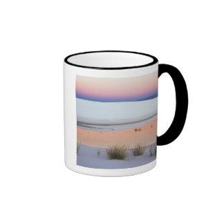 El cielo de la oscuridad reflejó en la piscina de  taza de café