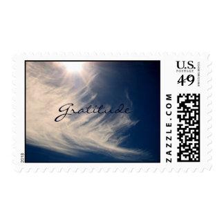 El cielo hermoso y la gratitud inspira sellos postales