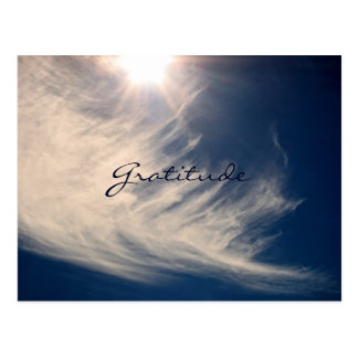El cielo hermoso y la gratitud inspira tarjeta postal