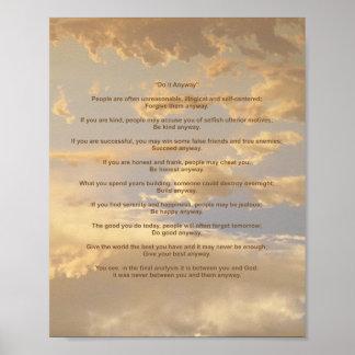 El cielo que brilla intensamente lo hace de todos  póster
