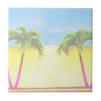 El cielo retro de dos árboles de la palma se desco azulejo ceramica