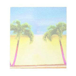 El cielo retro de dos árboles de la palma se desco blocs de notas