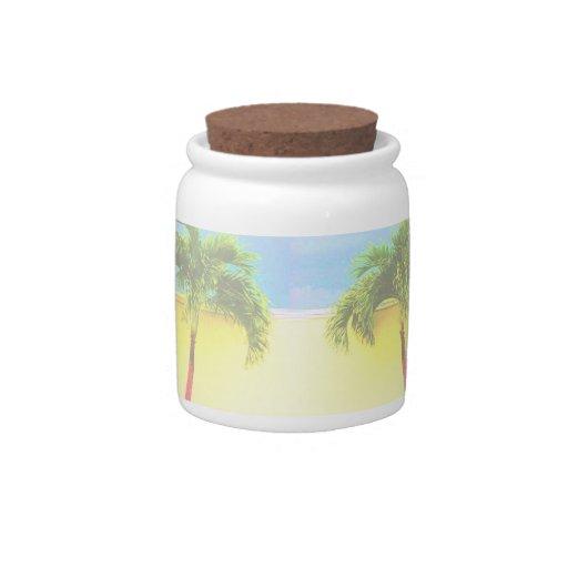 El cielo retro de dos árboles de la palma se desco jarra para caramelo