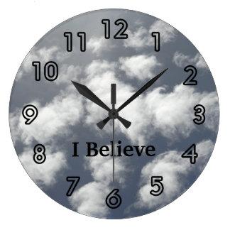 El cielo se nubla los relojes de la iglesia