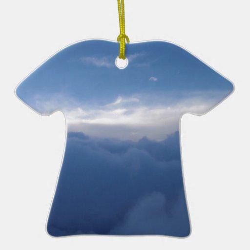El cielo y las nubes adorno de cerámica en forma de camiseta