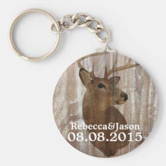 el ciervo de madera rústico del grano la caza está llavero redondo tipo pin
