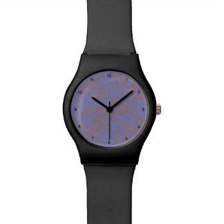 el círculo púrpura anaranjado femenino ajusta el relojes de mano