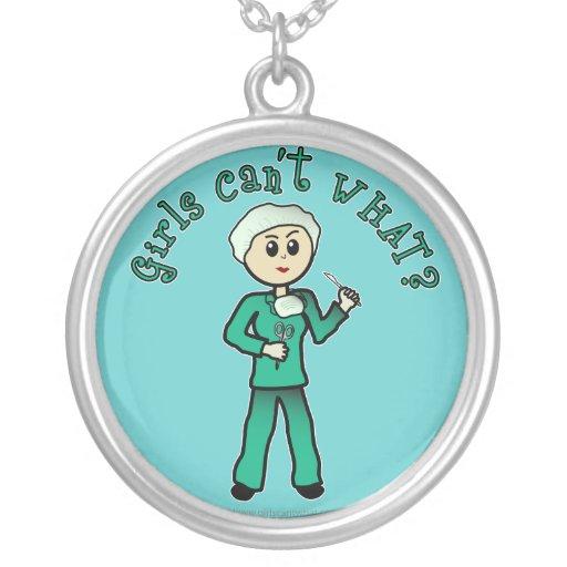 El cirujano de sexo femenino ligero en verde frieg colgante redondo