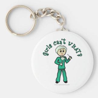 El cirujano de sexo femenino ligero en verde llavero redondo tipo pin