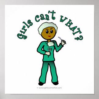El cirujano de sexo femenino oscuro en verde frieg impresiones