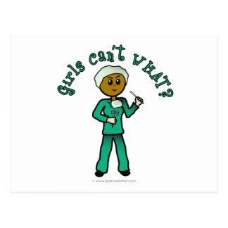 El cirujano de sexo femenino oscuro en verde postal