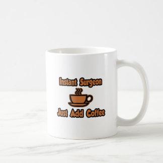 El cirujano inmediato… apenas añade el café tazas de café