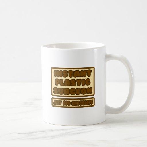 El cirujano plástico… apenas añade el chocolate tazas de café