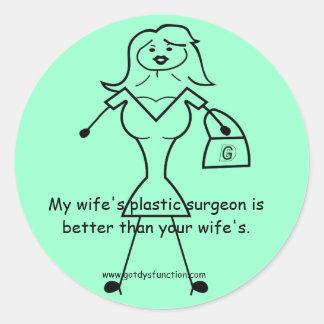 El cirujano plástico de mi esposa es mejor que su… pegatina redonda