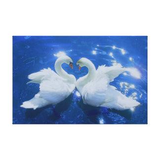 El cisne blanco cariñoso estiró la impresión de la lienzo envuelto para galerias