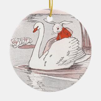 El cisne sereno da a conejo una elevación ornamente de reyes
