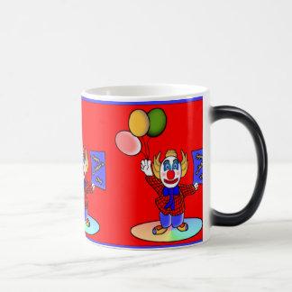 El Clowning alrededor Taza Mágica