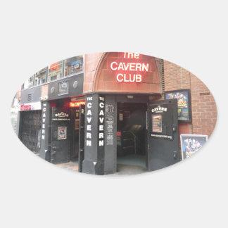 El club de la caverna en la calle de Mathew de Pegatina Ovalada