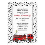 El coche de bomberos con la fiesta de cumpleaños d invitaciones personales
