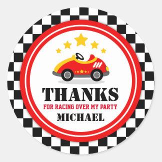 El coche de carreras le agradece favorecer la pegatina redonda