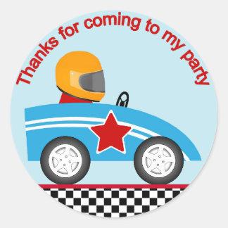 El coche de carreras redondo le agradece etiquetas redondas