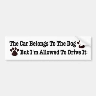 El coche pertenece al perro pero a me se permite pegatina para auto