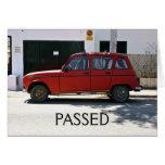 El coche rojo viejo pasó la tarjeta