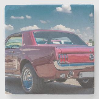 El coche se divierte el metal rojo de los posavasos de piedra