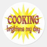 El cocinar aclara mi día pegatina redonda