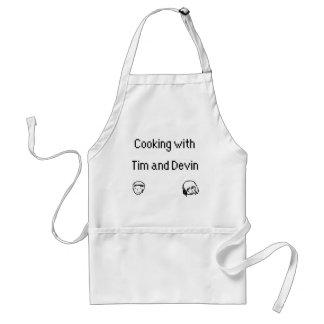 El cocinar con Tim y el delantal de Devin