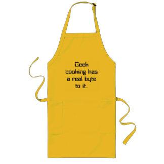 El cocinar del friki tiene un octeto real a él delantal largo