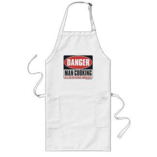 El cocinar del hombre del peligro delantal largo