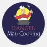 El cocinar del hombre del peligro pegatina redonda