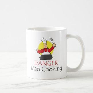 El cocinar del hombre del peligro taza de café
