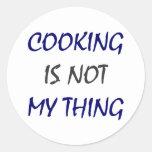 El cocinar no es mi cosa pegatina redonda