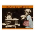 El cocinar para la acción de gracias tarjeta postal