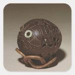 El coco esculpió en una cara, c.1895 pegatina cuadrada