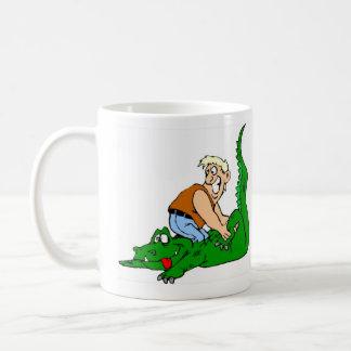 El cocodrilo calza la taza