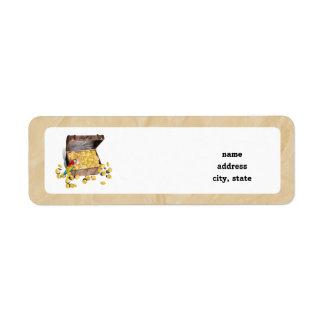 El cofre del tesoro del pirata en el papel de la a etiqueta de remite