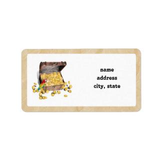 El cofre del tesoro del pirata en el papel de la etiqueta de dirección