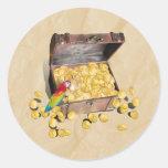 El cofre del tesoro del pirata en el papel de la etiqueta redonda