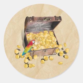 El cofre del tesoro del pirata en el papel de la pegatina redonda