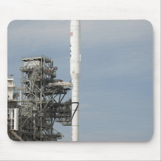 El cohete de Ares IX se ve en la plataforma de lan Alfombrillas De Ratón