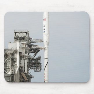 El cohete de Ares IX se ve en la plataforma de lan Tapetes De Ratón