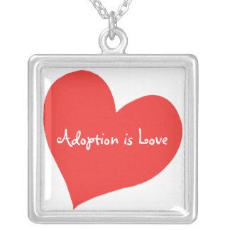 El collar, adopción es amor colgante cuadrado