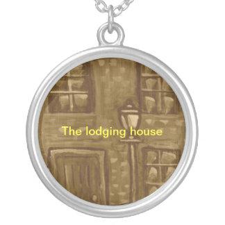 (El collar de la casa de alojamiento)