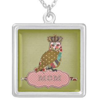 El collar de la mamá color de rosa del búho