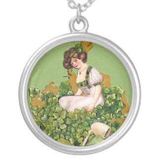 El collar de St Patrick irlandés de la muchacha