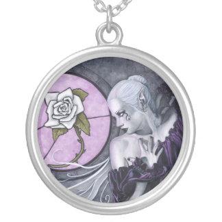 El collar del rosa blanco