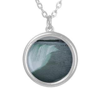 El collar pendiente de Niagara Falls riega el